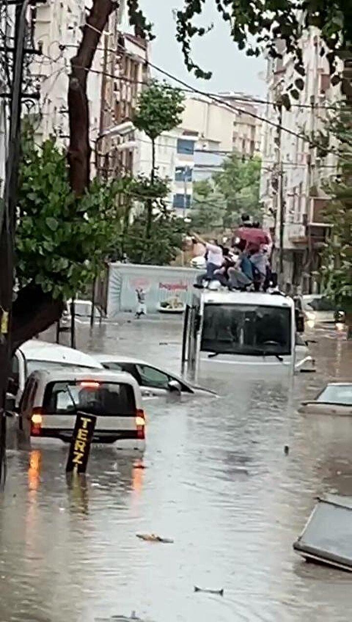 Esenyurtta etkili olan sağanak yağış nedeniyle dere taştı. Pınar Mahallesinde yollar göle döndü. Buradaki sokakta minibüs mahsur kaldı. İçeriye dolan sudan kaçmak isteyen yolcular minibüsün üstüne çıktı.