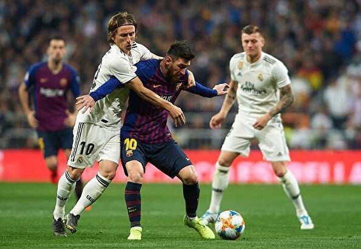 Ertem Şener: İlkokula başladığında küçücük sırtındaki çantasında 4 parça eşya vardı; silgisi, kalemi, defteri ve bir de plastik topu. 11 yaşındayken doktorlar, Hormon iğnelerini vurmazsak 1.43ü geçemez boyu, öylece kalır teşhisi koydular. Elinde hormon iğneleri, ayağında topla gezmeye başladı. Şimdi ise hormondan eser kalmadı. Tamamen organik Lionel Messi (Barcelona-Real Madrid maçı)