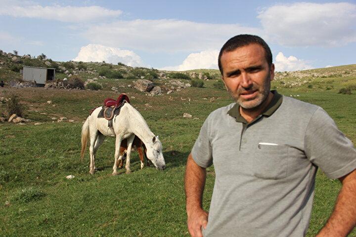 Abdullah Solak, yaptığı açıklamada, Dana 40 günlükken annesinin yaylada kurdun saldırısına uğrayarak telef olduğunu anlattı.