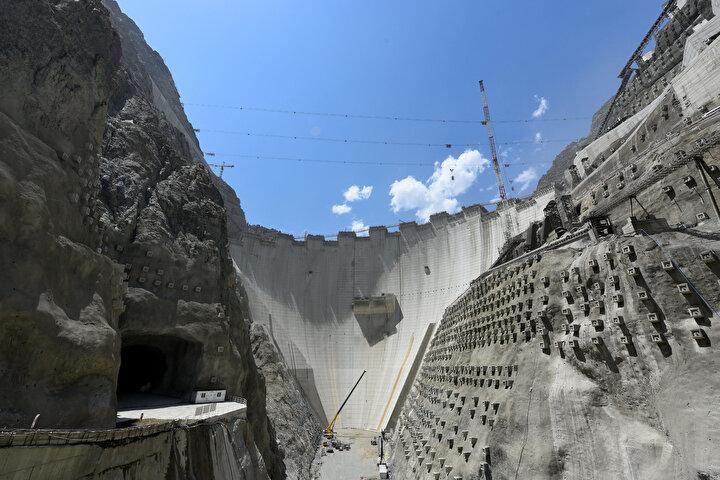 275 metre gövde yüksekliği ile Türkiye'nin en yüksek, dünyanın ise çift eğrilikli ince kemer baraj tipi kategorisinde 3'üncü en yüksek barajı olacak Yusufeli Barajı, Türkiye'nin öz kaynakları ile tamamı Türk mühendisler tarafından inşa ediliyor.