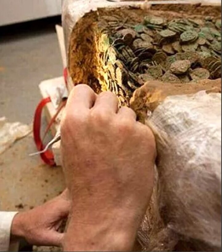 Defineyi bulan hazine avcıları bu gömüyü bulmak için 30 yıldır iz sürüyorlar, define avcıları sikke efsanesi olarak dilden dile dolaşan bu efsanenin gerçek olabileceğini düşünerek yola çıktıkları ve bu şekilde karar verdiklerini söylüyorlar.