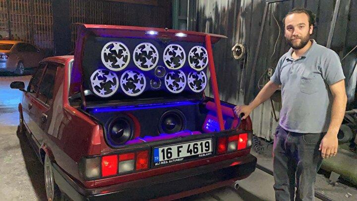 """Motor kısmından tutun, boyasına kadar yeniledim. 40 bin TL değerinde ses sistemi monte ettirdim. 12 bin TL'ye almıştım aracımı. Şu ana kadar 90 bin TL harcama yaptım"""" dedi."""