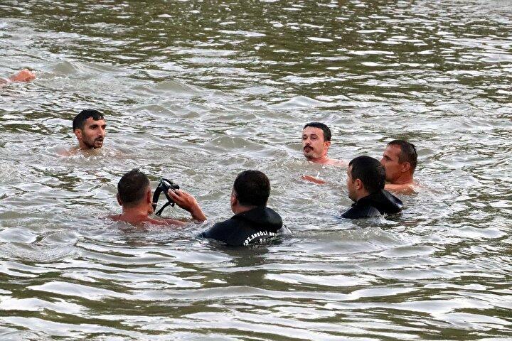 Bu arada, Ayberk Topçunun babası Gökhan Topçu da ekiplerle suya girerek oğlunu arama çalışmasına katıldı. Baba Topçunun daha sonra gölet kenarında ekiplerin çalışmasını izlediği görüldü.