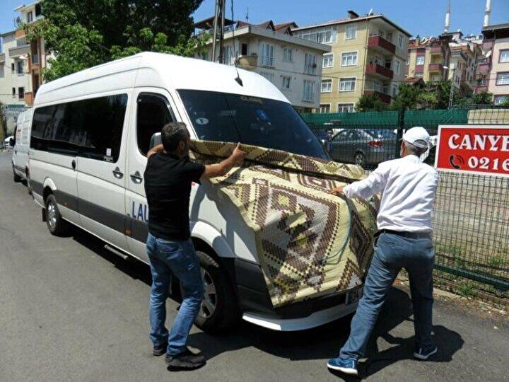 Araç sahiplerinin bazısı arabaları naylonla kaplarken, bazısı da karton, halı ve kilim kullanmayı tercih etti.