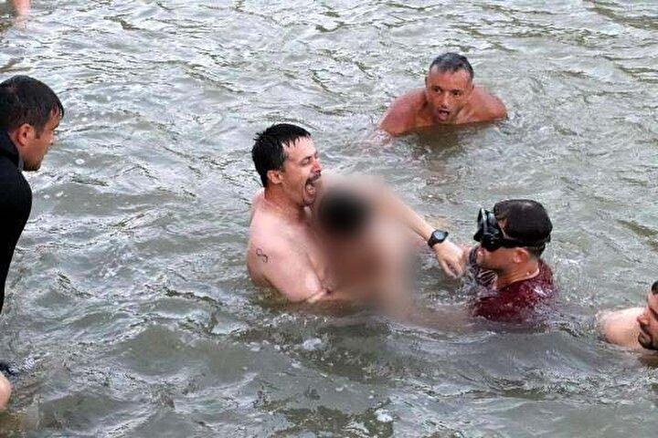 Ekiplerin, yaklaşık 2 saatlik arama çalışmasının ardından bulunan Topçunun cansız bedeni sudan çıkarıldı.