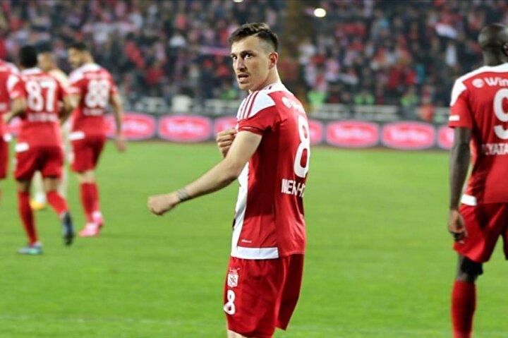 Mert Hakan Yandaş ile anlaşarak Galatasaraya çalım atan Belözoğlu, dünya çapında bir golcü için de çalışıyor.