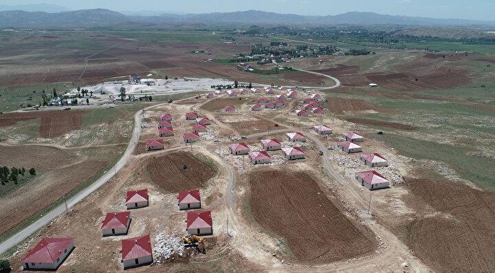 Evlerin yapıldığı bölgenin taşlık ve kullanılmayan bir alanda olduğunu belirten Keskin, Burayı köylülerimize kazandırdık. Biz bu projeyi yaptıktan sonra Sivasın bütün köylerine örnek olduk. İnşallah diğer köylerimize örnek olmuşuzdur. Köyümüze 10 milyon TLye yakın bir yatırım yaptık. Göçü önlememiz gerekiyor. Köylülerimizin çoğu İstanbulda balkonundan ve odasından başka hiçbir yer göremiyor. İstanbuldan sıkıldı ve bunaldılar. Köyüne çok gelmek isteyen var ama köyde de evi yok. Köyüne dönmek isteyenler için bu proje büyük fırsat oldu. Biz bu işleri yaparken pandemi yoktu ama çok isabetli bir iş yapmış olduk. Burada herkes eviyle ve bahçesiyle uğraşacak diye konuştu.