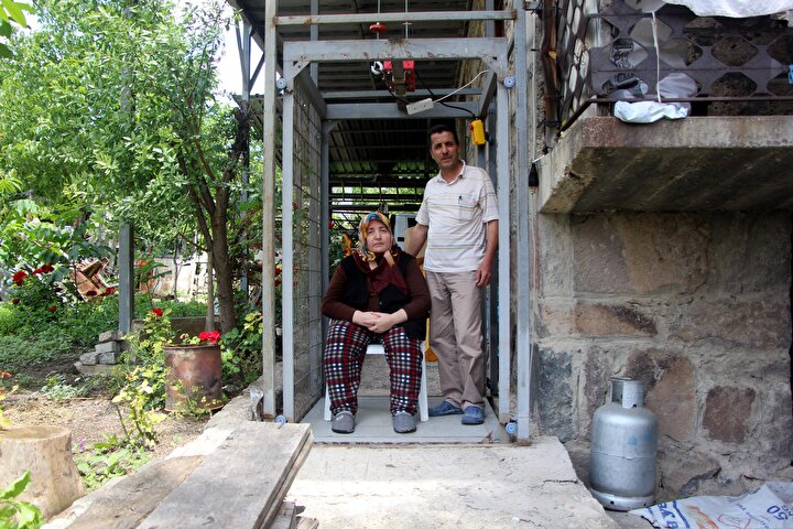 Çeşitli ameliyatlar geçiren Fikriye Özcan, 8 yıl önce felç kaldı.