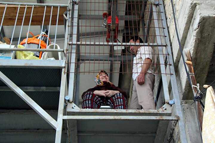 Ardından bu hayalini gerçekleştirdiği asansörü yaptı. İsmail Özcanın 25 bin TL maliyetle 1,5 aylık emeği sonucu yaptığı asansör sayesinde Fikriye Özcan, eşinin yardımıyla evine rahat girip çıkmaya başladı.