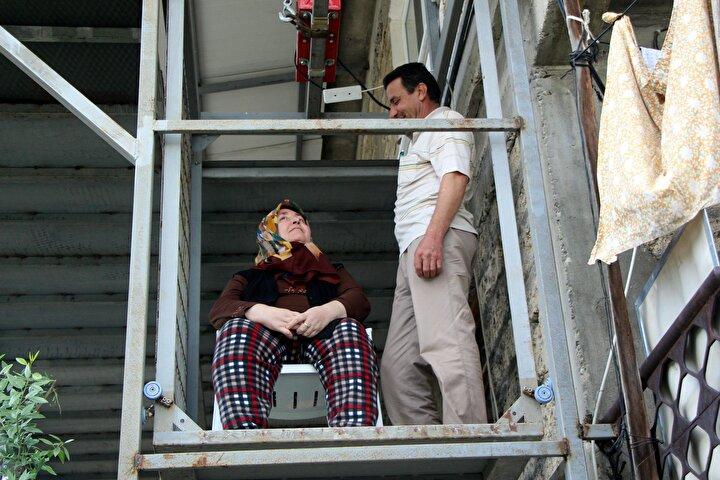 Konuşma güçlüğü çeken Fikriye Özcan da, asansör ve balkon sayesinde rahat ettiğini söyleyerek, eşine teşekkür etti.
