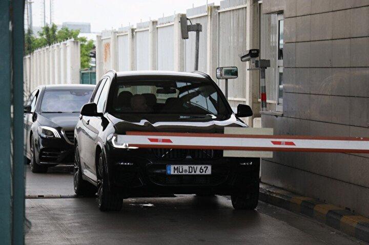 Kapıkule Sınır Kapısı'nda giriş yapan araçlar tek tek dezenfekte ediliyor, gelen tüm yolcuların ateşi ölçülüyor. Gümrük yetkililerinden alınana bilgiye göre 24 saatte en az 50 yolcuya örnekleme yöntemiyle testler uygulanıyor.