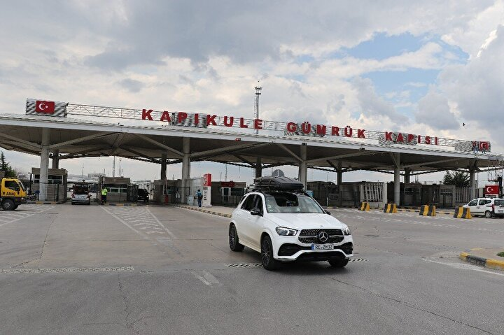 Avrupa'nın çeşitli ülkelerinde yaşayan Türk vatandaşları, yıllık izinlerini memleketlerinde geçirmek üzere Türkiye'ye geliyor.  Kapıkule'den ülkeye giriş yapan Türk işçiler, vatanlarına ulaşmanın mutluluğunu yaşıyor.