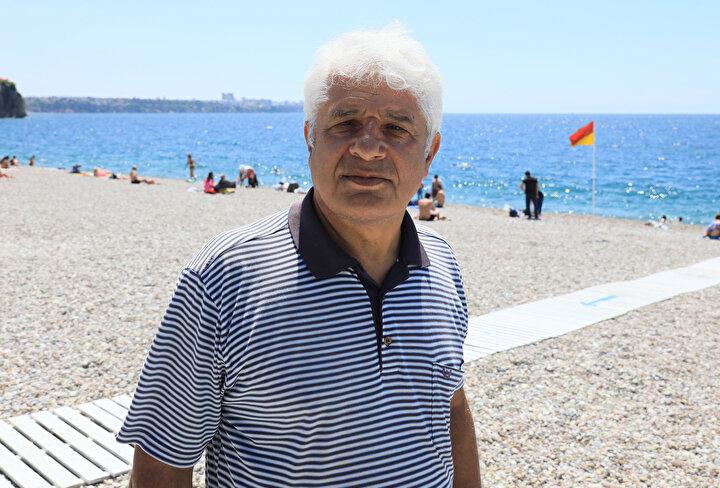 Konyaaltı Sahilinde su altı araştırmaları yapan AÜ Su Ürünleri Fakültesi Öğretim Üyesi Prof. Dr. Mehmet Gökoğlu, kıyıya yakın alanda deniz dibindeki balon ve aslan balıklarını görüntüledi. Sahile 300 metre uzaklıkta dalış yapan Prof. Dr. Gökoğlu, sayıları her geçen gün artan balon ve aslan balıklarının üreme biyolojisi üzerine çalışma gerçekleştirdi.