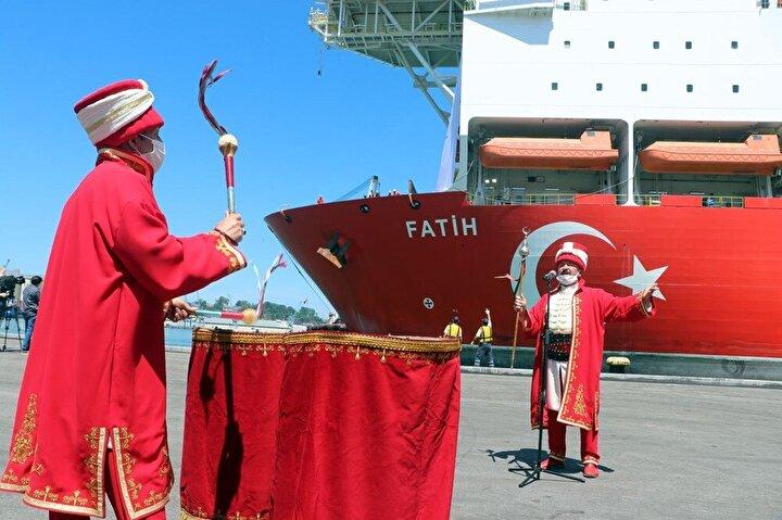 229 metre uzunluğunda, 36 metre genişliğinde ve 51 bin 283 groston ağırlığındaki Fatihin limandan ayrılışı nedeniyle sabah saatlerinde düzenlenen törende, Trabzon Büyükşehir Belediyesi mehteran takımı konser verdi.