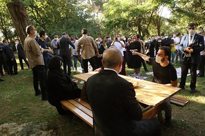 Cumhurbaşkanı Erdoğan vatandaşlarla çay içti