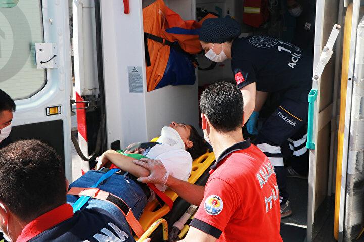 Hurdaya dönen araçta sıkışan baba, anne, erkek kardeş ve Ayşe- Songül Bozdağ, vatandaşların ihbarıyla gelen CANKUR ekipleri tarafından kurtarıldı.