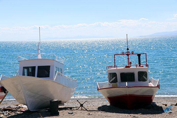 Vanın Tuşba ilçesine bağlı göl kıyısındaki Yeşilsu Mahallesinde geçimini balıkçılıkla sağlayanlar ise yeni sezondan daha umutlu olduklarını belirtti.