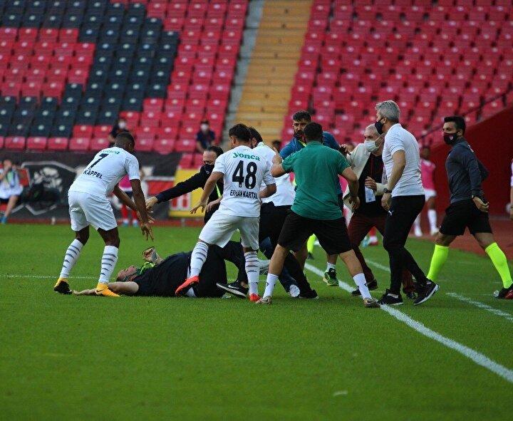 Bu sonuçla siyah-kırmızılı takım ligin bitimine 4 hafta kala bir alt lige düşmesi kesinleşen ilk ekip olurken, akıllarda maçta yaşanan olaylar kaldı.