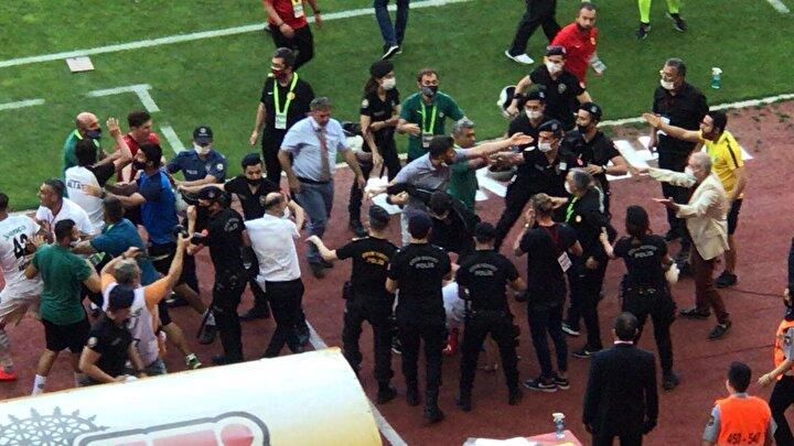 İki takım teknik heyeti ve futbolcuları adeta birbirine girerek yumruklaşmaya başladı.