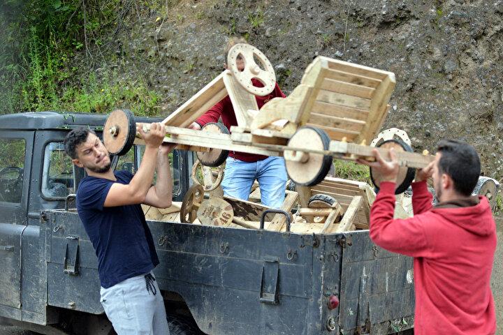 Rize'nin Ardeşen ilçesine bağlı Tunca Beldesinde asırlardır sürdürülen tahta araba geleneği yaşatılıyor. Formulaz adı verilen yarışların da düzenlendiği beldede yaz aylarında 7den 77ye herkes tutkunu olduğu tahta arabalar yapıyor.
