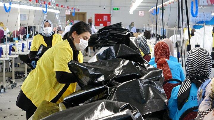Başta Almanya ve Avrupa ülkeleri olmak üzere salgın nedeniyle meydana gelen ölümlerden dolayı en fazla ihtiyaç duyulan ürünlerden ceset torbası ve doktorlar için tek kullanımlık koruyucu elbiseler üreten fabrikanın günlük kapasitesi 5 ile 6 bin arasında değişiyor.