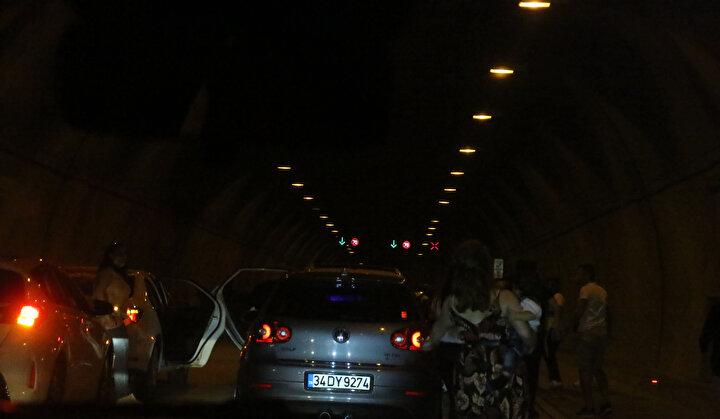 Piyalepaşa Bulvarında araçlarıyla konvoy eşliğinde asker uğurlayan bir grup, girdikleri Kâğıthane Tünelini kapattı.