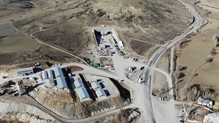 Tarihi İpek Yolu üzerinde yer alan ve inşaatına 2018 yılında başlanan Vauk Dağı Tüneli'nde çalışmalar devam ediyor. Toplam uzunluğu 14 bin 960 metre olan çift tüplü tünelin, yüzde 20'si tamamlandı.