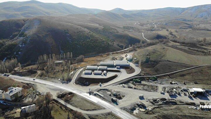 """Vali Epcim, Vauk Tüneli, Doğu Karadeniz Bölgesi'ni hem İç Anadolu'ya hem de Doğu Anadolu'ya bağlayacak. Bu durum bölgemiz için önemli bir fırsat olacak. Proje kapsamında çalışmalar devam ediyor. Özellikle bu yıl ciddi bir ilerleme kat edeceğiz. 2 yıl sonra ise tünelin açılışını yapacağız"""" dedi."""