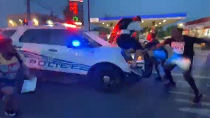 ABD'de polis şiddeti devam ediyor. Michigan eyaletinde bağlı Detroit kentinde bulunan Patton Parkı'nda ülkede artana ırkçılığı ve polis şiddetini protesto etmek için bir araya gelen vatandaşların üzerine polis aracını sürdü. Olayda 6 kişi hafif şekilde yaralandı.