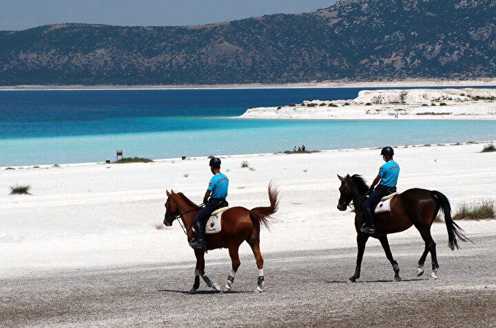 Nevşehir Jandarma At ve Köpek Eğitim Merkezi Komutanlığından iki binici astsubay ile asayiş eğitimi verilen Feray, Şimşek ve Dolunay adlı üç at, yaz boyunca Salda Gölü ve çevresinde görev yapacak.