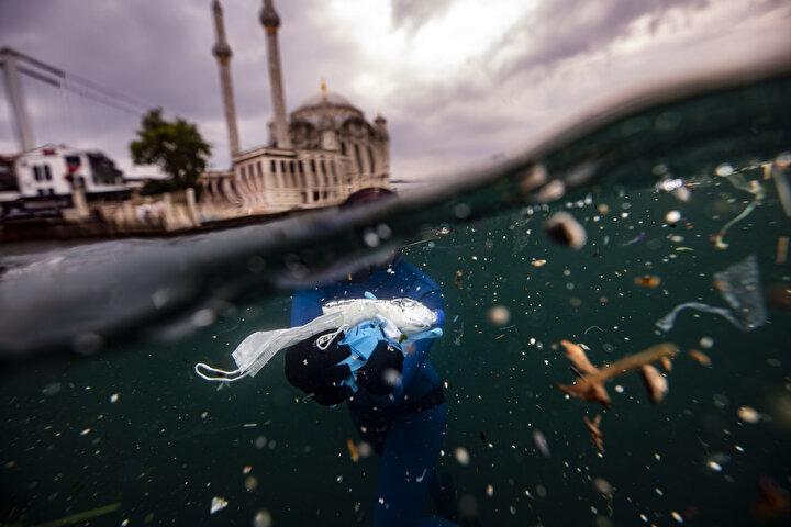 Resmen plastik atık dalışı yaptım diyebilirim İstanbul Boğazında. Bizim yüzümüzden balıklar burada nasıl barınabiliyor ve biz o deniz ürünlerini nasıl güvenip yiyeceğiz onu da bilmiyorum ama gördüğüm şey, ben bile suyun içinde yüzmekte zorlandım. Her yerim atık dolu. Suyun altından o kadar çok eldiven, maske, şişe, dezenfektan, poşet ne ararsanız çıkartmaya çalıştık ki ama bizim gücümüzle olacak bir şey değil. Ülkenin ve bence dünyanın en güzel yerlerinden birisi, plastik atıklarla boğulmak üzere.
