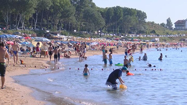 Denize giren ve güneşlenen vatandaşların ise sosyal mesafe ile maske kuralına uymadığı görüldü.