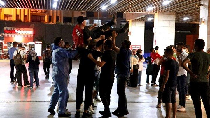 Terminal, koronavirüse rağmen kalabalık görüntülere sahne oldu. Birçok vatandaşın sosyal mesafe kuralına uymadığı görüldü.