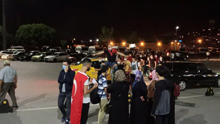 İzmit'te asker uğurlama törenleri için şehirlerarası otobüs terminaline gelenler yoğunluk oluşmasına yol açtı