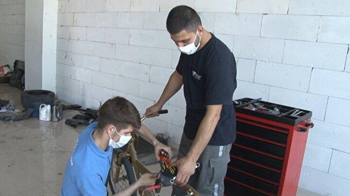 Arnavutköy Bolluca Mahallesi'nde bulunan bir otomobil tamirhanesinde çalışan tamirci çırağı Ayhan Erikli, evden işe gidip gelirken kullandığı bisikletin lastiğinin sürekli patlaması üzerine çalıştığı tamirhanede bulunan eski bir otomobil lastiğini bisikletine taktı. Bisiklet lastiği daha önce defalarca patlayan tamirci çırağı, bisikletini bu kez bisiklet tamirhanesine götürmek yerine çalıştığı otomobil tamirhanesinde kendi başına onardı.