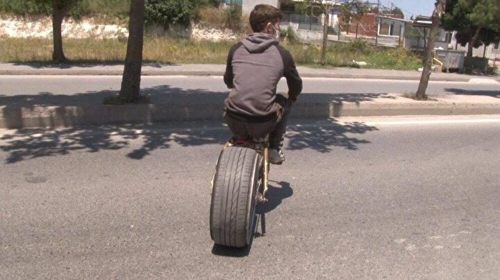 Bisikletinin sadece arka tekerleğini otomobil lastiğiyle değiştiren tamirci çırağı, çevresinden olumlu tepkiler aldığını ve daha farklı projeleri de denemek istediğini söyledi.