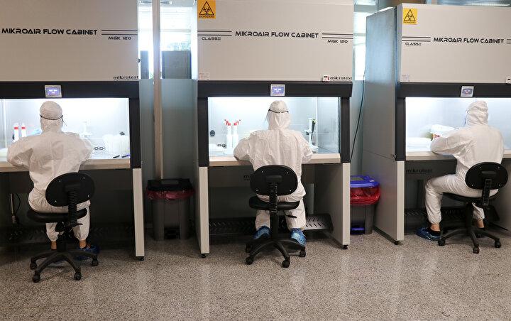 O havalimanlarından biri olan ve her yıl milyonlarca turistin Ege Bölgesinde bulunan turizm merkezlerine gitmek için kullandığı İzmir Adnan Menderes Havalimanının dış hatlar terminalinde İzmir Sağlık Müdürlüğü ekiplerince test noktaları oluşturuldu.
