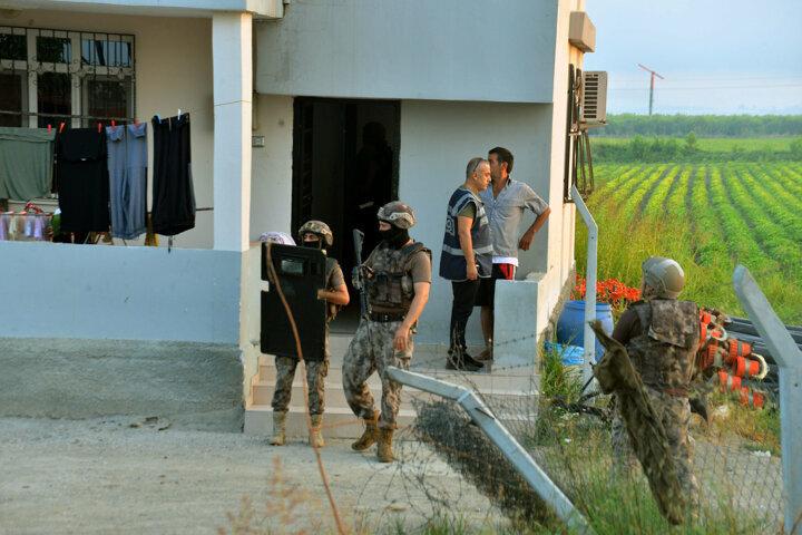 Adreslerinde bulunamayan 3 şüphelinin yakalanması için çalışmalar devam ediyor.