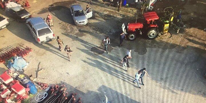 Görüntülerde aralarında özel harekat personelinin de bulunduğu çok sayıda ekibin Emniyet Müdürlüğünden çıkarak adreslere operasyon düzenlemesi ve yakalanan şüphelilerin polis araçlarına bindirilmesi yer alıyor.