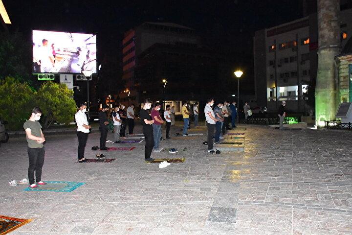 AK Parti Gençlik Kollarının öncülüğünde vatandaşlar, Konak Meydanında koronavirüs tedbirlerine uyarak şükür namazı kıldı.