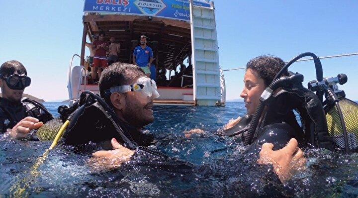 Ayvalık açıklarında suyun altında gerçekleşen sürpriz evlilik teklifi için Onur Bulut uzun zaman hazırlık yaptı.