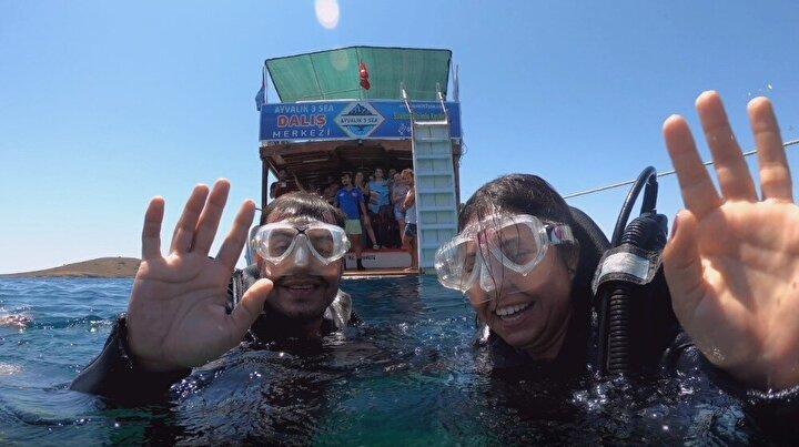 Kız arkadaşını deneme dalışı yapmaya ikna eden Onur Bulut, dalış merkezi personelinin yardımı ile suyun metrelerce altına pankart açtı.