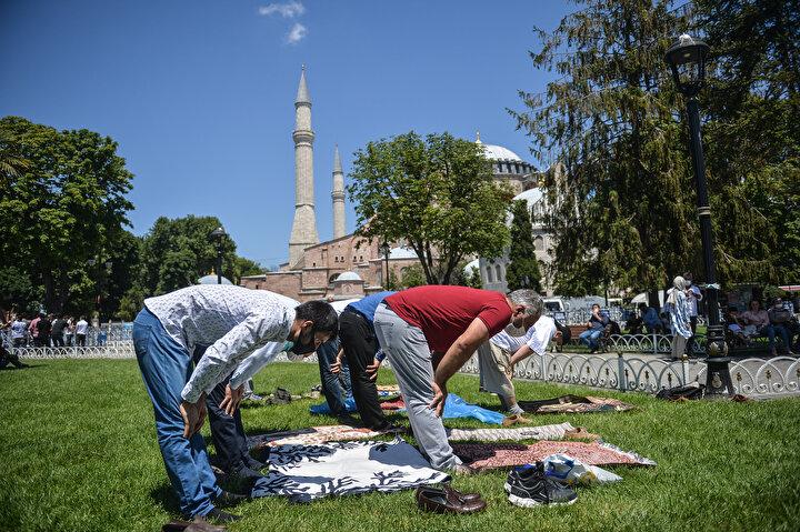 Danıştay kararıyla müze olmaktan çıkarıldıktan sonra Diyanet İşleri Başkanlığına devredilen Ayasofya Camii, ziyaretçi girişine kapatıldı.