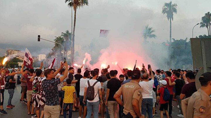 Cumhuriyet Meydanı'nda toplanan Hatayspor'lu taraftarlar meşaleler yakarak 53 yıl sonra gelen Süper Lig sevincini doyasıya yaşadılar.