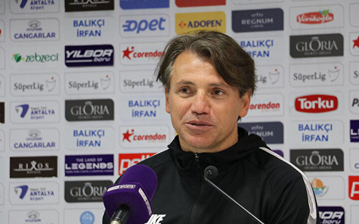 Antalyaspor Teknik Direktörü Tamer Tuna: Türk futbolu adına nasıl faydalı olabilir, yerli yabancı katkı mı sağladı, zarar verdi mi diye yabancı kuralı hep tartışma oldu. Yabancı sayısının azaltılması, yerli oyuncu kalitesini noktasında bunu avantaj olarak çok kullandık. Birçok oyuncunun fark edilmesi sağlandı. Zeki`nin, Çağlar`ın, transfer olan tüm oyuncuların bu anlamda eğer olmasaydı TFF 1. Lig`den yurt dışına çıkıp oynama avantajını kullanmayacaklardı. Bir gerçek var ki sahada bugün bizde olduğu gibi zaman zaman 6-7 yerli oyuncuyla maçlara çıkabildik. Bu sayının fazla olması lazım ama bu sürecin alt yapının iyi oluş sistemiyle ilerlemesi lazım. Trabzonspor, bu konuda çok iyi. Bizim de Antalyaspor olarak çalışmalarımız var. Bu anlamda altyapıya büyük yatırımlar yapıldı. Umarım karşılığı iyi olacaktır. Ben pozitif ve olumlu buluyorum.