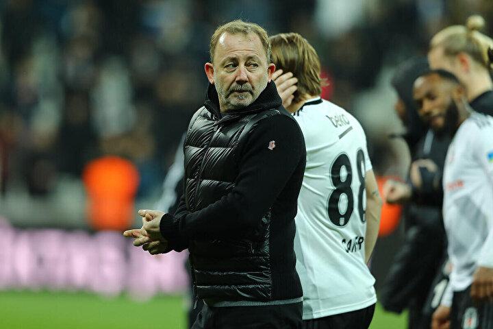 Beşiktaş Teknik Direktörü Sergen Yalçın: Yabancı oyuncu konusu çok uzun bir konu. Bu TFF`nin aldığı bir karar. Benim merak ettiğim bu kararı kimler oturup aldı. Altyapıdan oyuncu oynatma mecburiyeti koydular. Bunu koyarak genç oyuncuların yetişeceklerini mi sanıyorlar. Bunun için önce tesis lazım. Ben 18 kulübün tesislerini gezmelerini tavsiye ediyorum, bir görsünler bakalım. Hersek Ajax`ı örnek veriyor. Önce gidip Ajax`ın tesislerini gezin, sonra gelip 18 kulübün tesislerini gezin. Bakın bakalım birbirine benziyorlar mı? 8 tane oyuncu içeride olacak, 6 oyuncu kulübede olacak, 3 oyuncu evde oturacak, 2 oyuncu yemekte olacak...