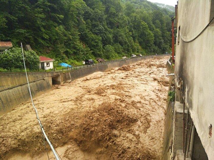 Yağışın durması ile birlikte belediye ve İlçe Özel İdare ekiplerinin araçları temizlik çalışmasına başladı.