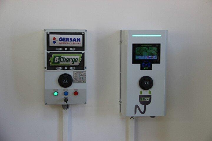 """Şarj üniteleri istasyon tipi ve ev tipi olarak iki çeşit üretilecek""""  Şarj ünitelerin istasyon tipi ve ev tipi şeklinde iki çeşit üretileceğini kaydeden BEB 3D Tasarım şirketi sahibi Hakan Şahin ise Cihazı iki çeşit ürettik. Bu cihazlar hem istasyon tipi hem ev tipi olacak. Tamamen uzaktan kontrollü cihazlar. Bu sürekli güncellenebilir yeni çıkan araçlar için özel tasarlanıyor..."""