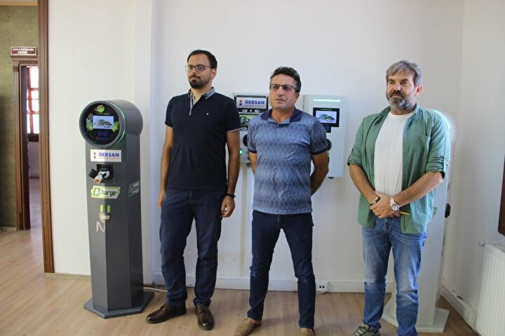"""Yerli otomobil sadece bizim hızımızı değil tüm dünyadan bize talepleri de arttırdı. Çünkü dünyadakiler Türkler elektrikli araç üretiyorsa bunun ünitesini de üretiyorlar diyorlar. Bu proje Cumhurbaşkanı Recep Tayyip Erdoğan'ın öncülüğünde Erzurum'da yapılmaya karar verildi"""" şeklinde konuştu."""