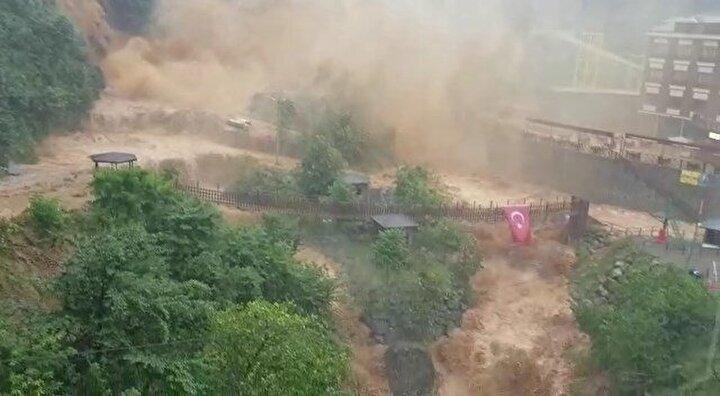 Şelalenin taşmasının ardından bölgedeki araç yolu ulaşıma kapandı.